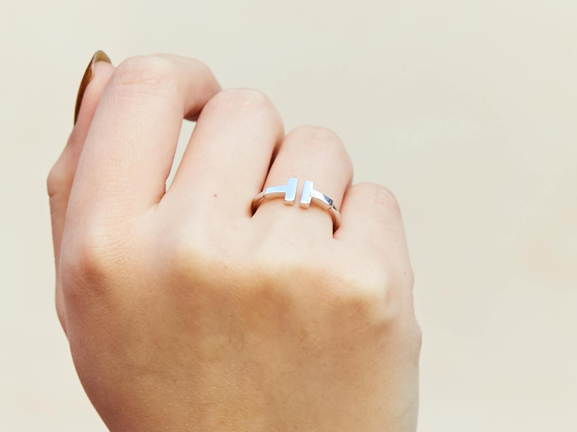 ティファニーのリングをした女性の手元