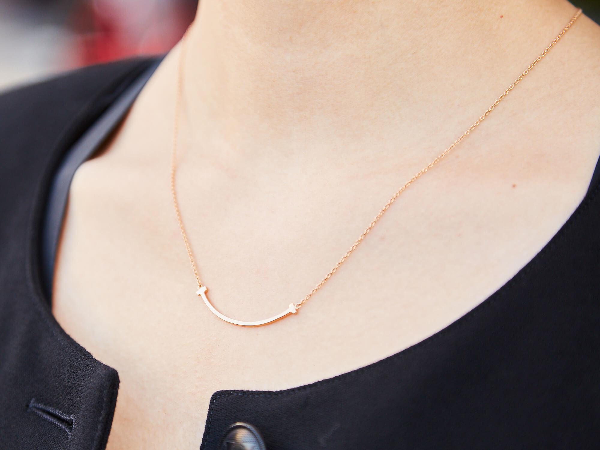 ティファニーのネックレスをつけた女性の首元