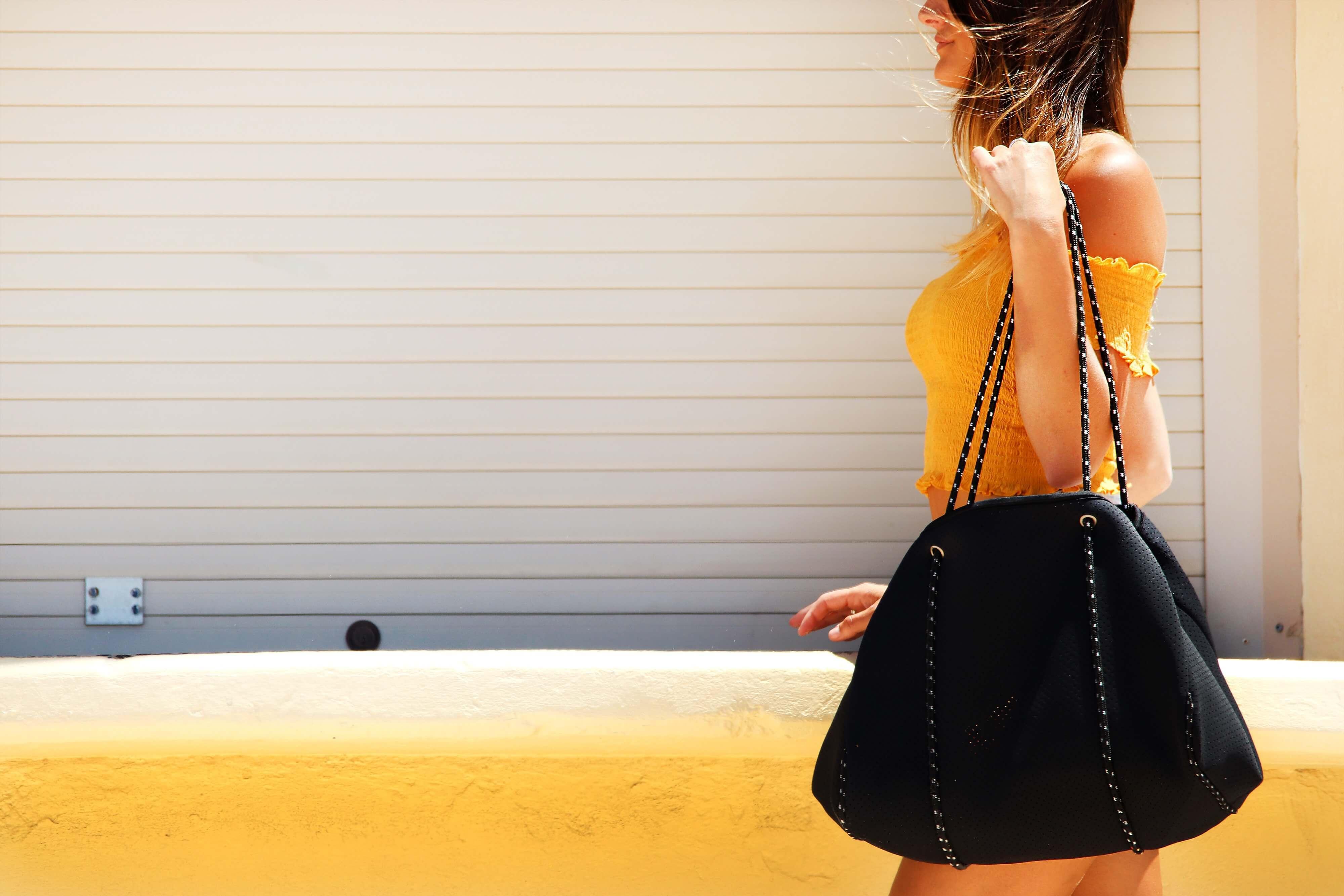 女性がバッグを持って歩いている様子