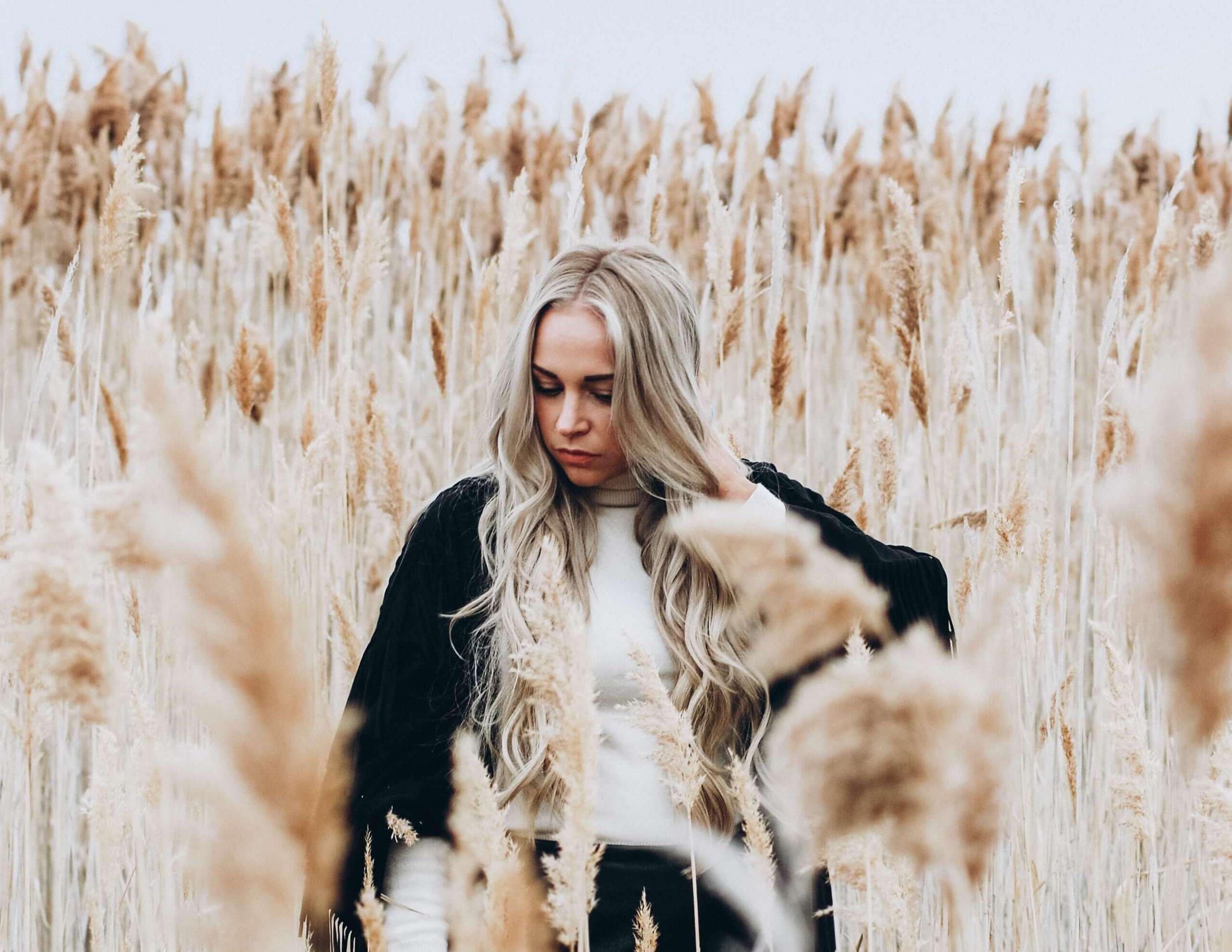 麦畑の中に立つ女性