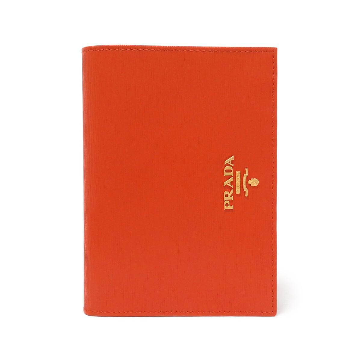 プラダのオレンジのパスポートケース