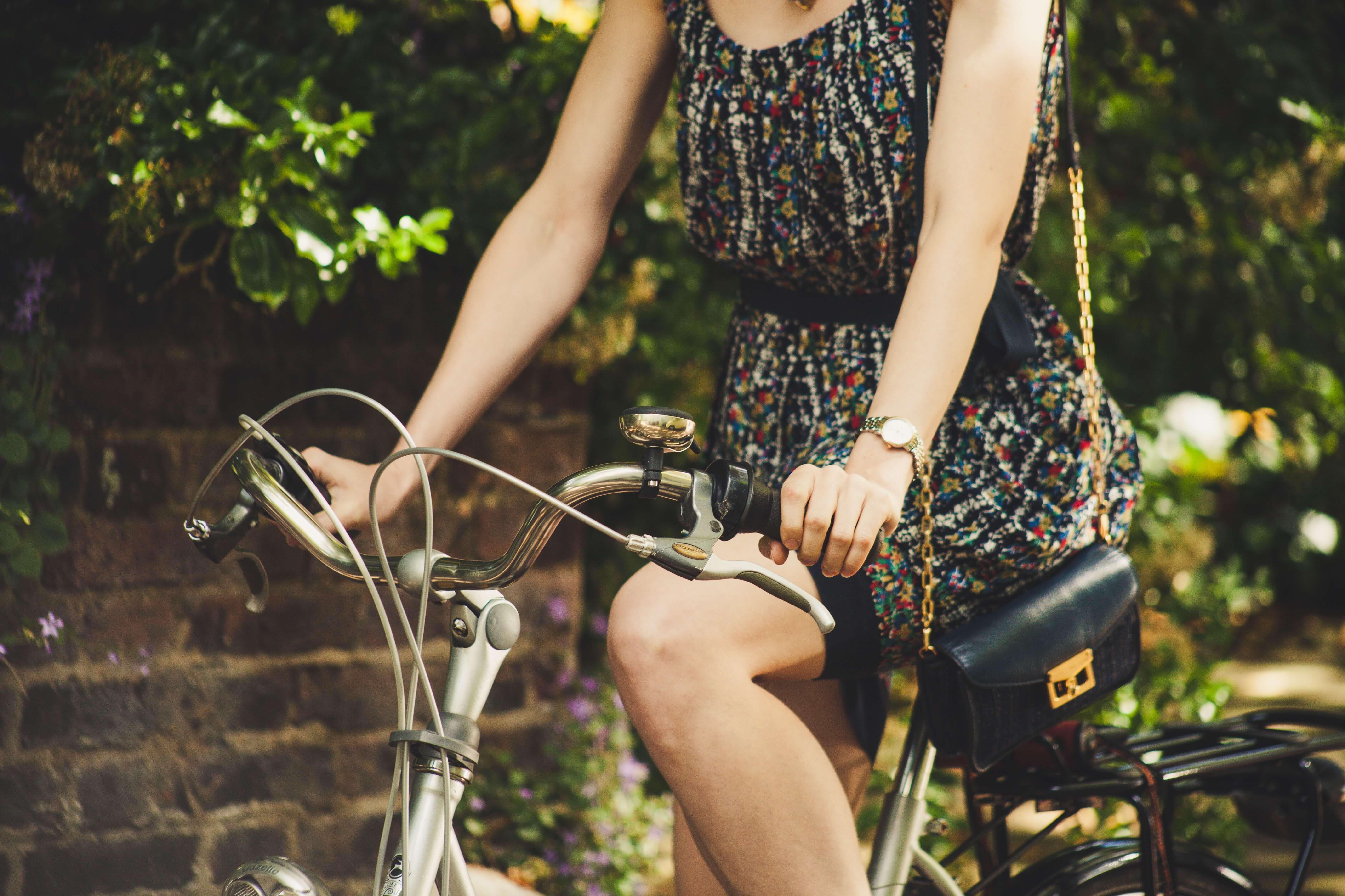 自転車に乗るワンピースを着た女性