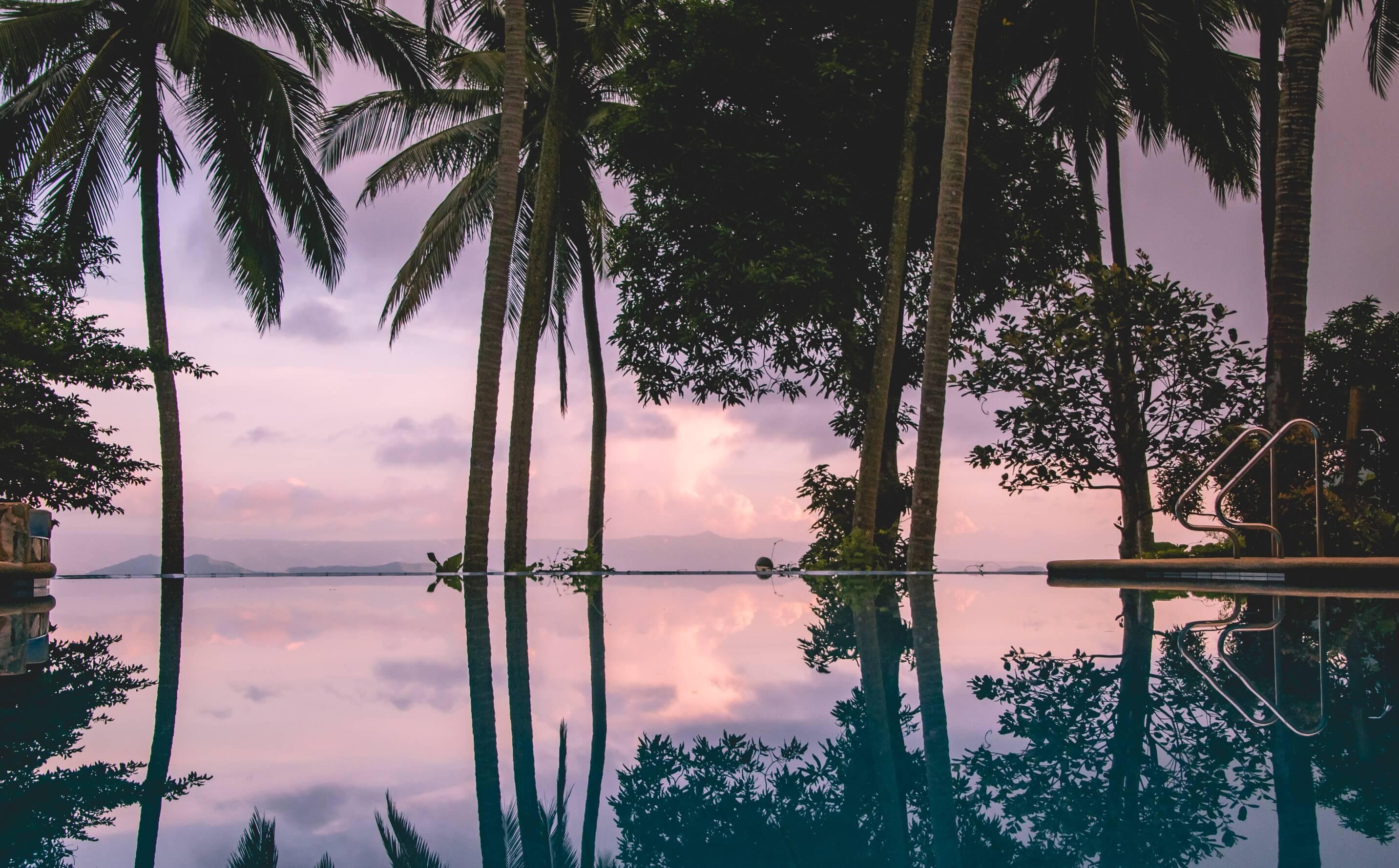 夕方の空が水面に映るプール