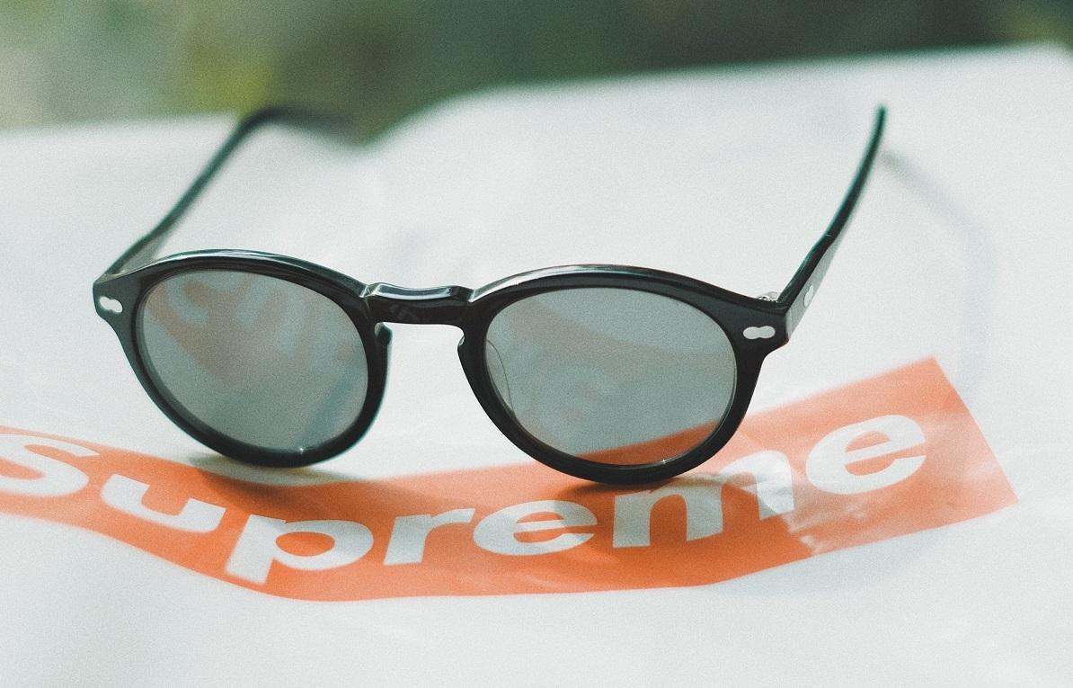 シュプリームのロゴの上に置かれたサングラス