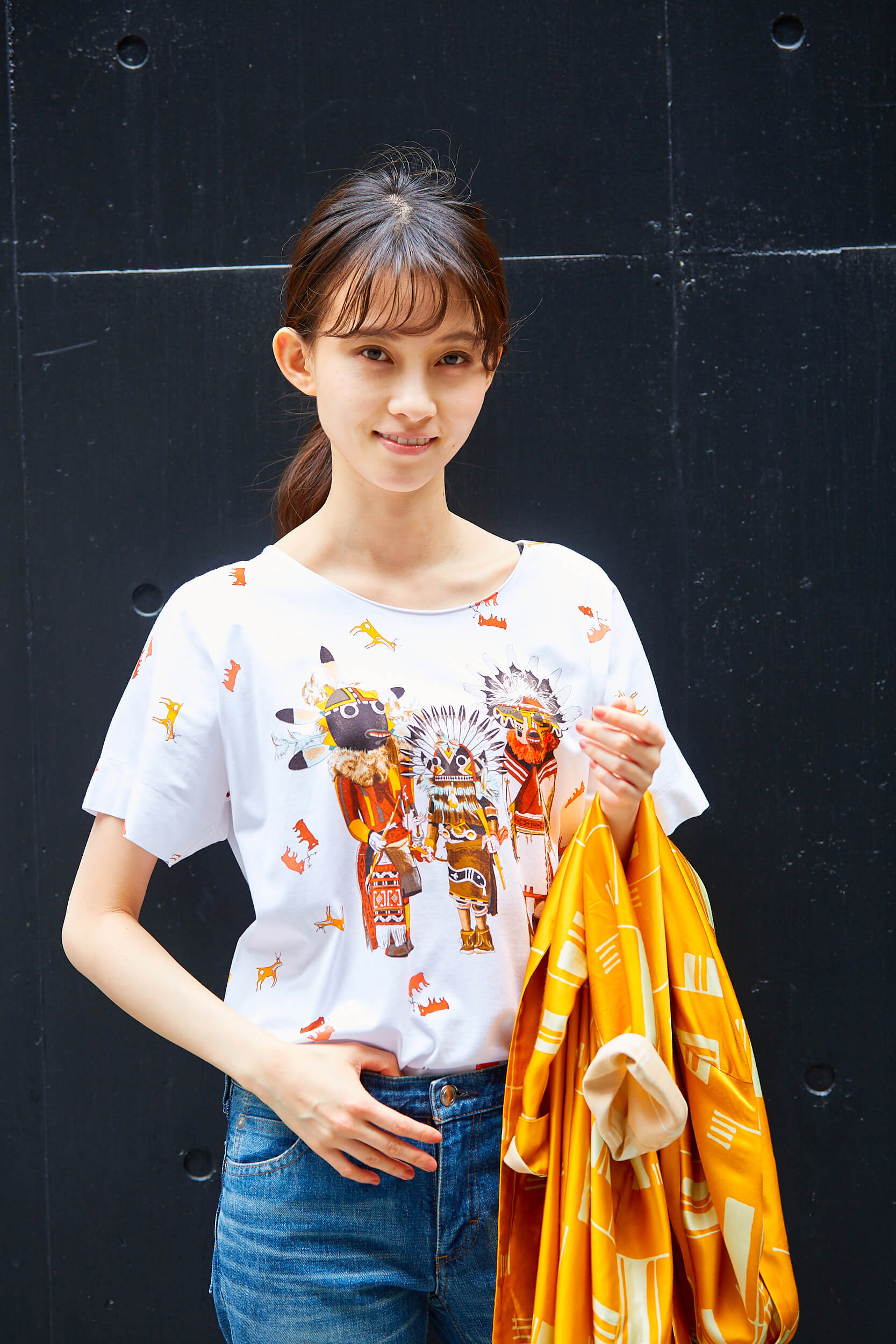 エルメスのTシャツとドリスヴァンノッテンのオレンジシャツのコーデ