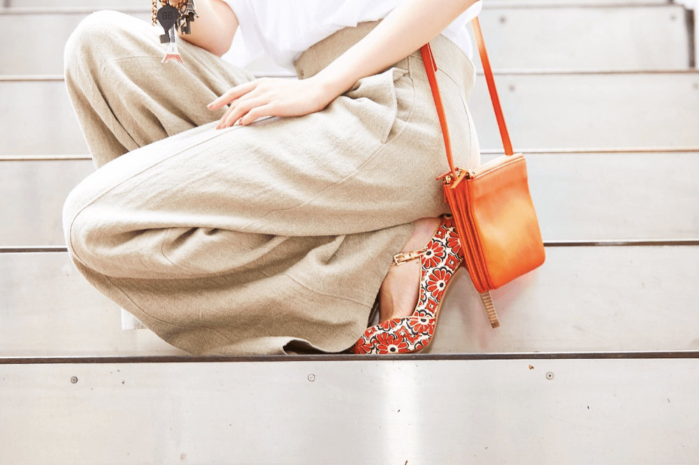 セリーヌのオレンジのショルダーバッグを合わせた夏コーデ
