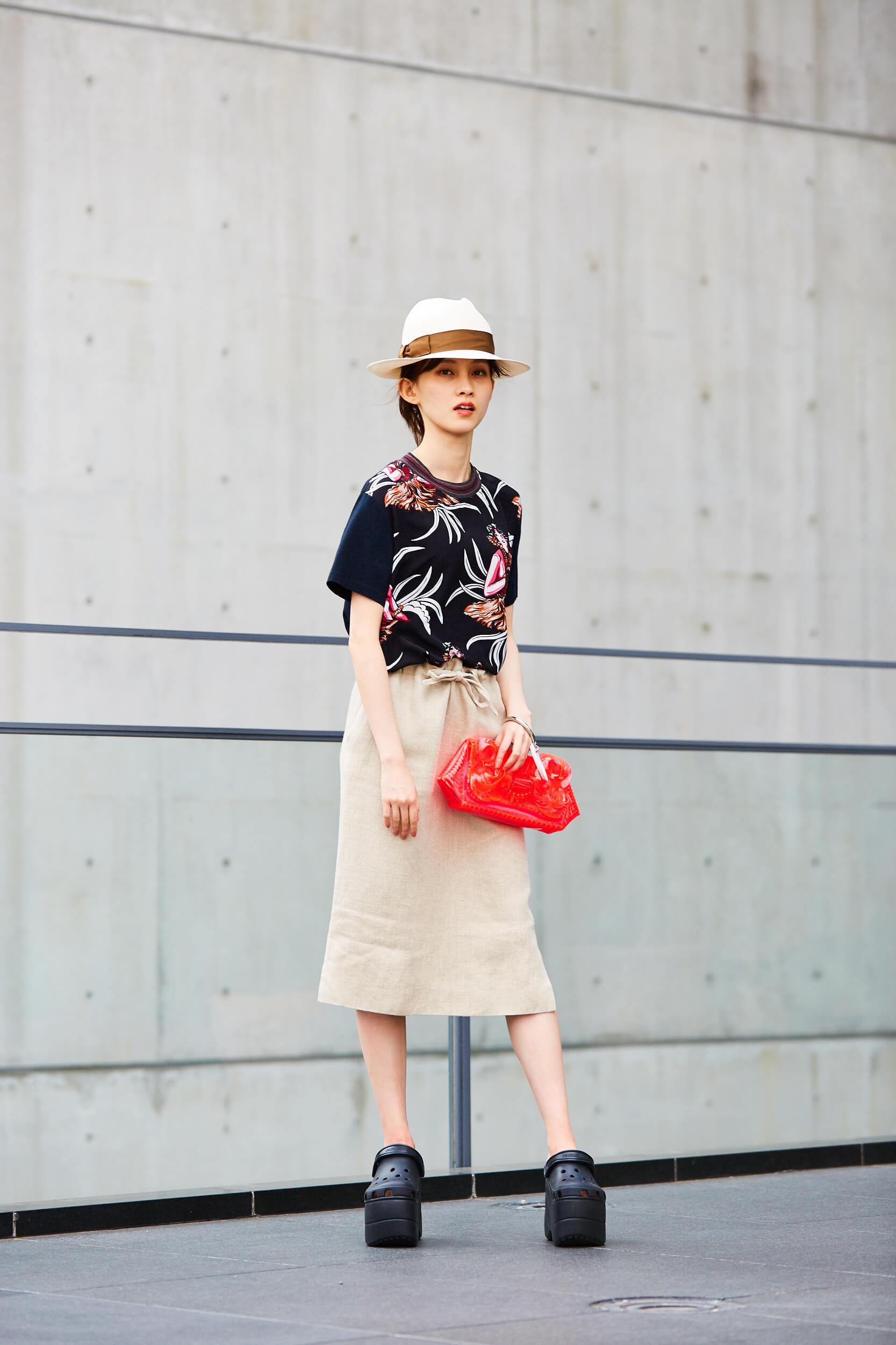 マルジェラの柄シャツにエルメスのスカートを合わせた夏コーデ