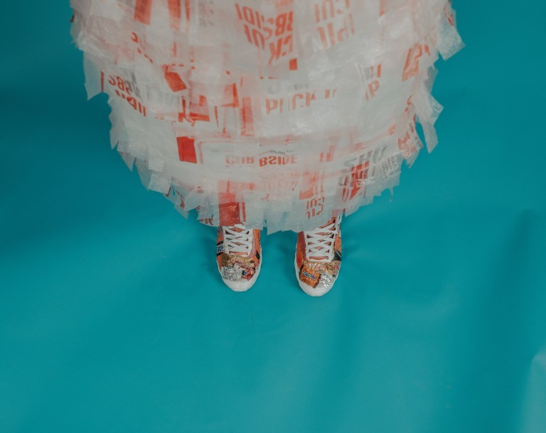 ビニールでできたスカートを履いた人の足元