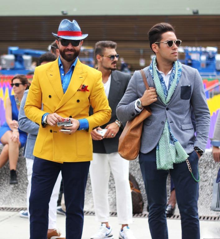 カラフルなファッションの二人の男性