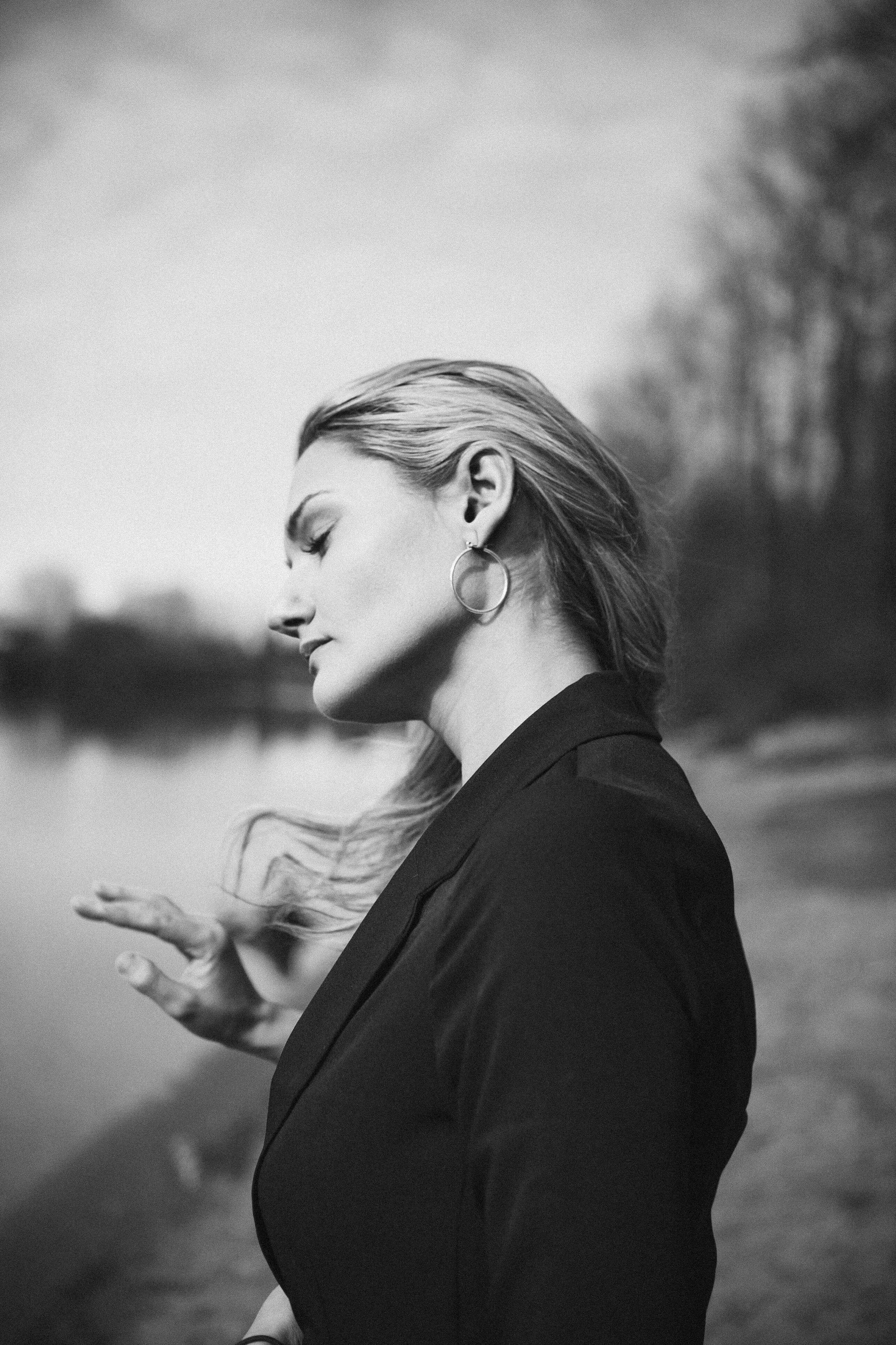 横向きの女性の白黒写真