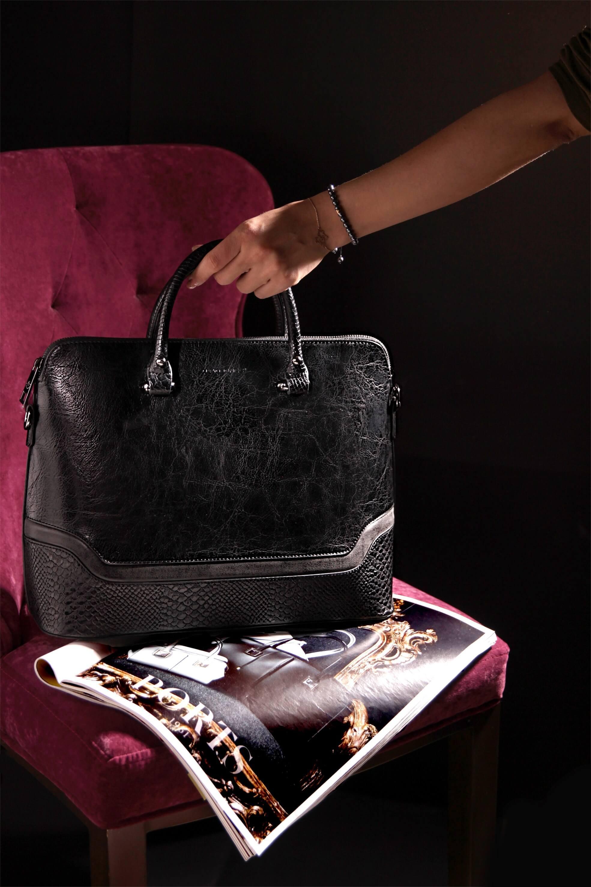 椅子に置かれたセリーヌの黒のトートバッグ