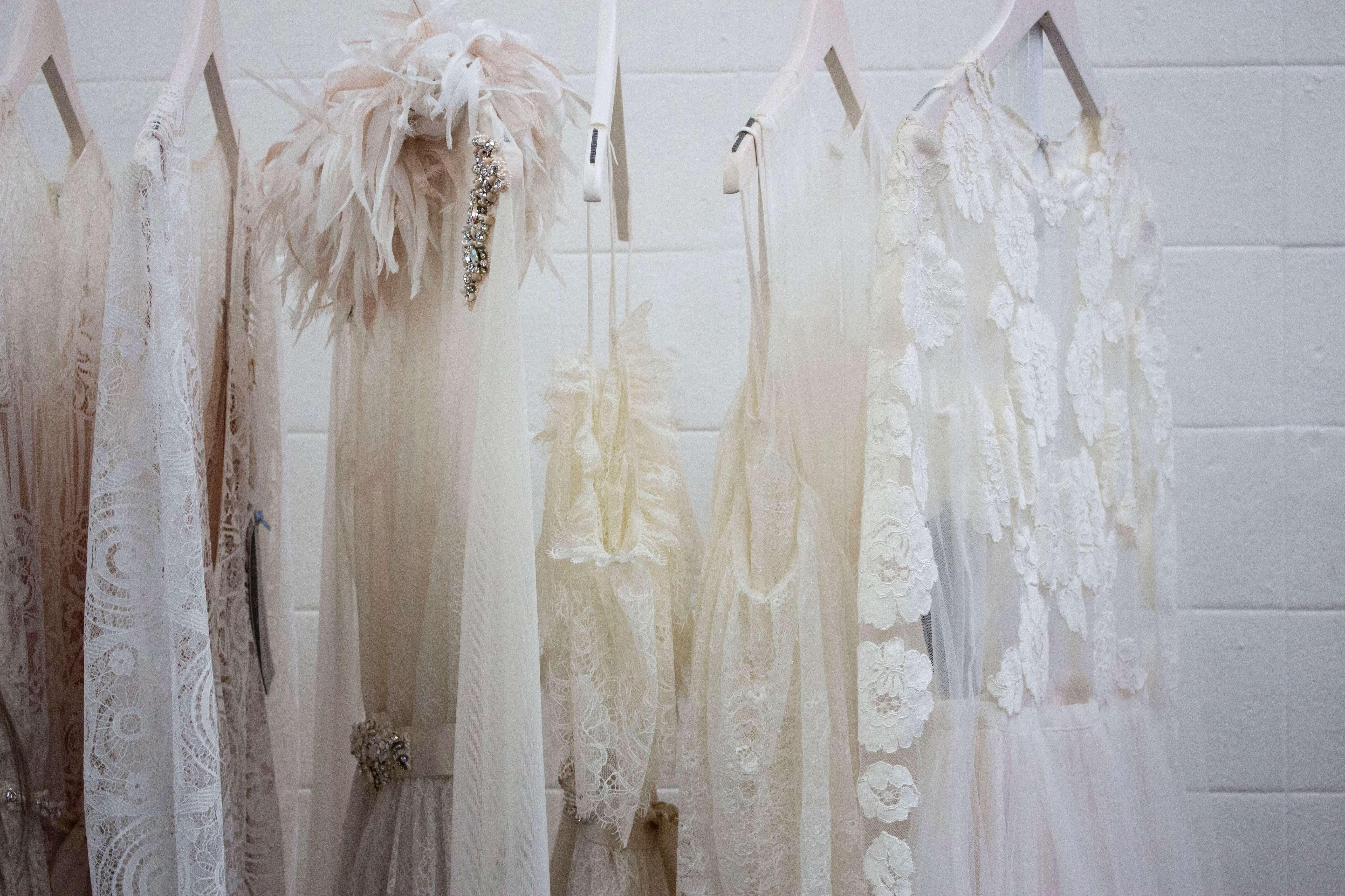 ハンガーにかかった何着かの白い服