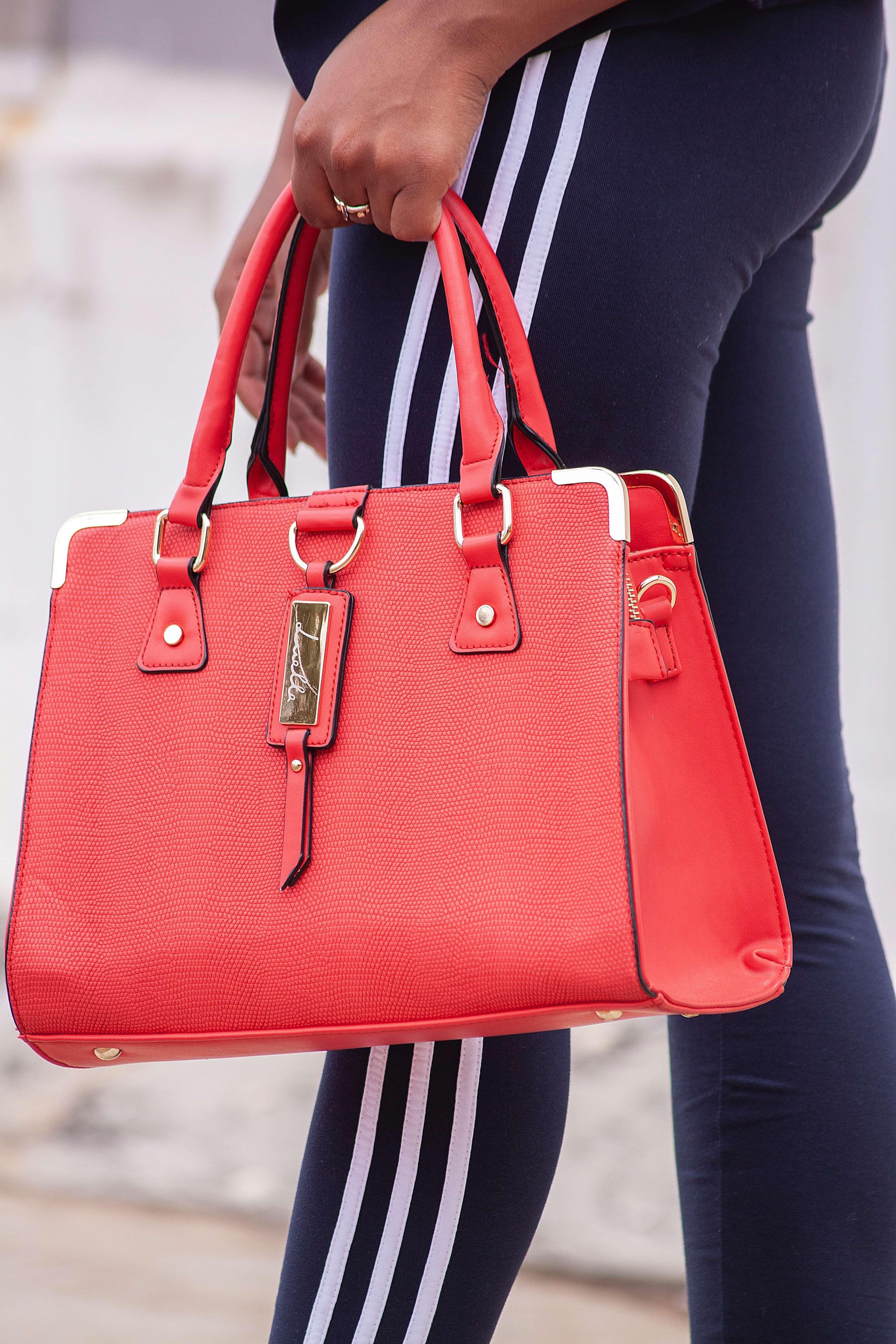 手に持った赤いトートバッグ