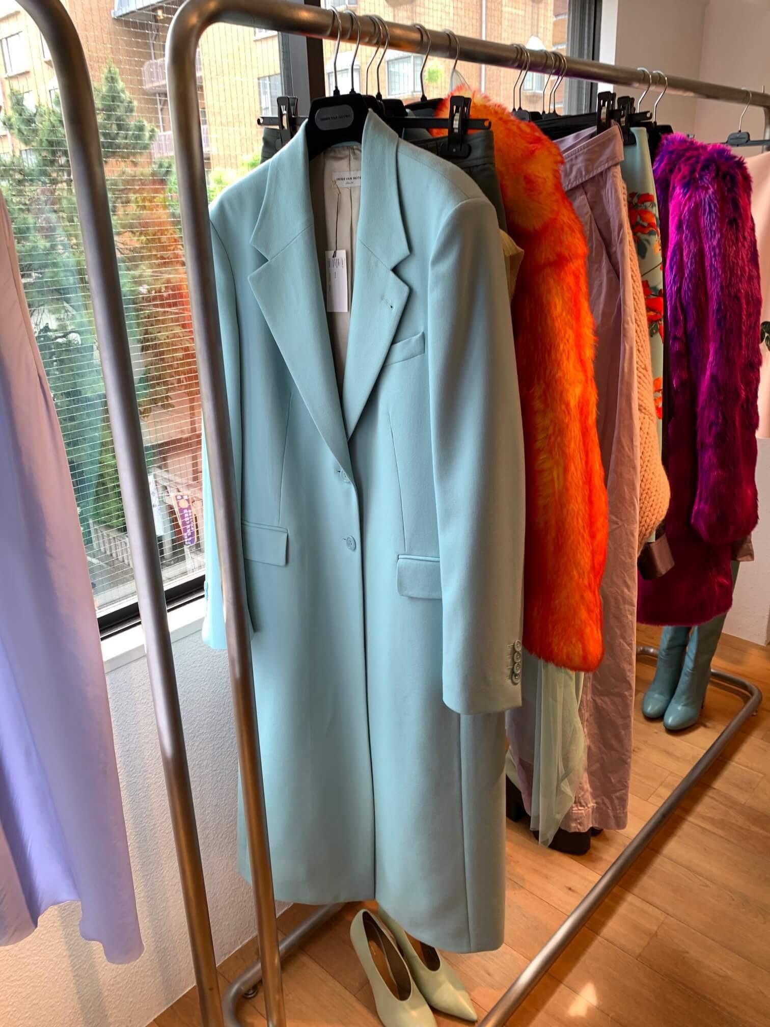 ハンガーにかかったDRIES VAN NOTENのブライトカラーのコート