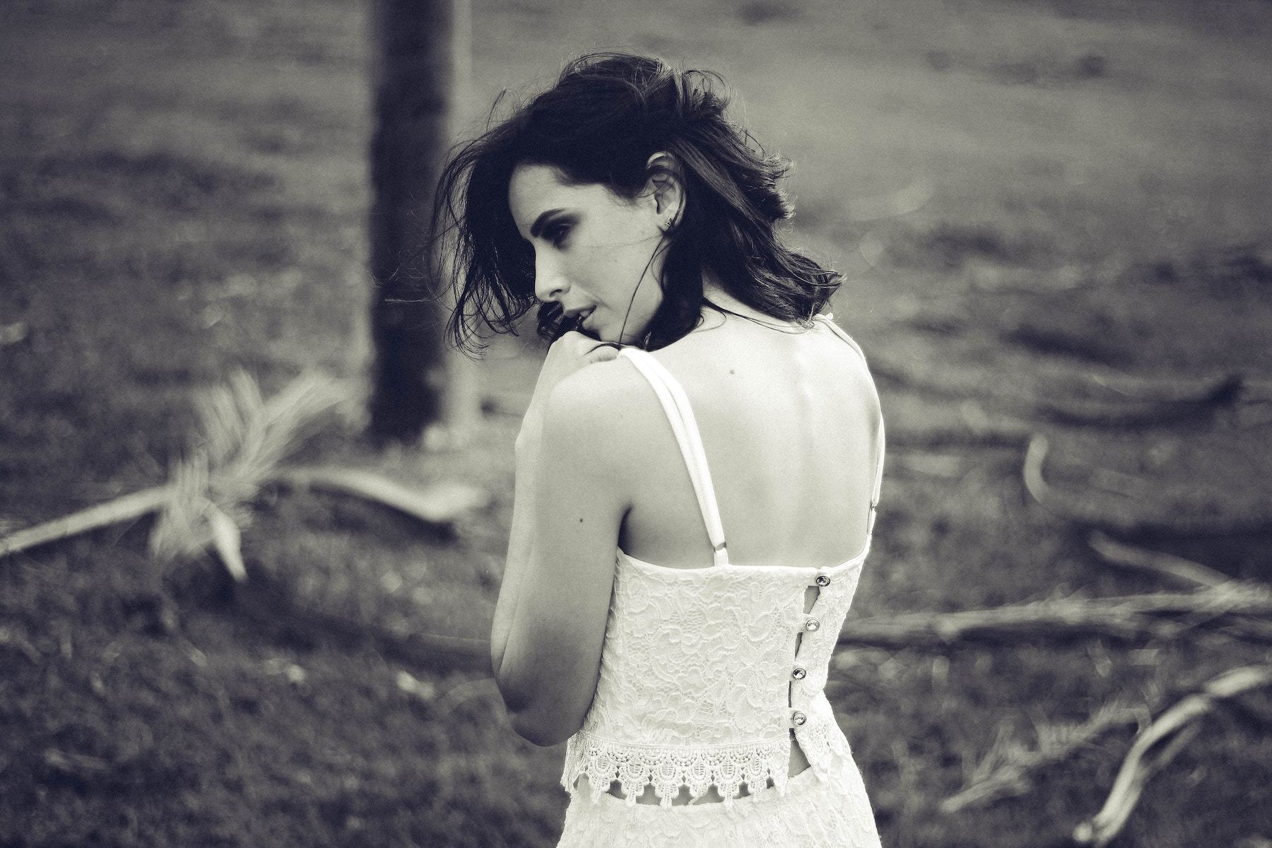 女性の後ろ姿の白黒写真