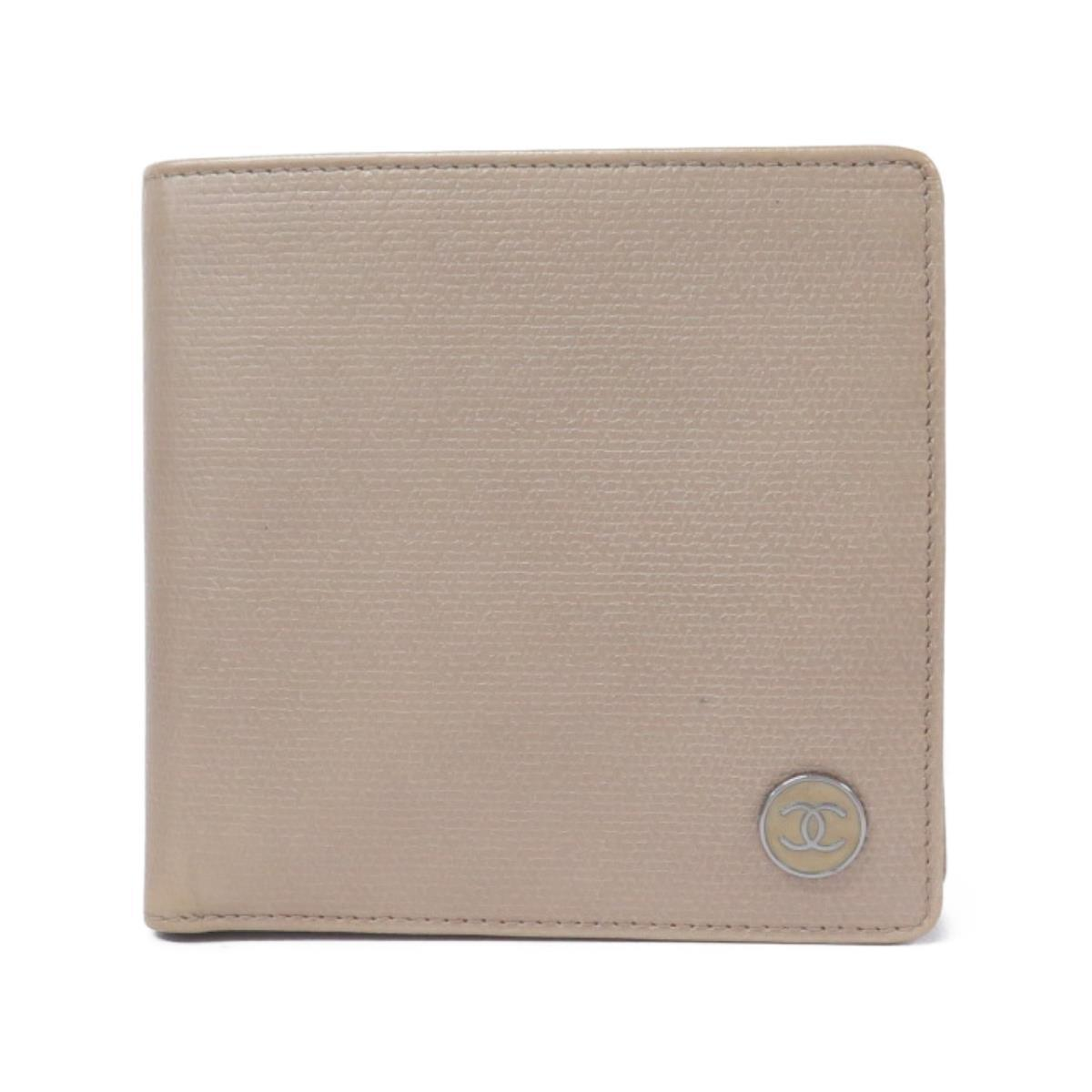 ココボタンがついたベージュのシャネルのミニ財布