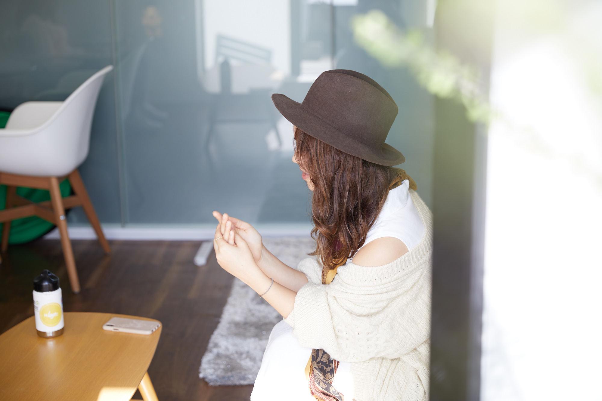 窓の外から撮影したエバンズ亜莉沙さんの横顔