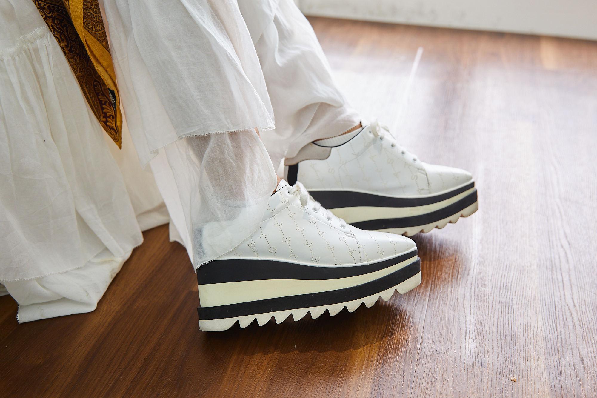 白いスニーカーを履いた足元