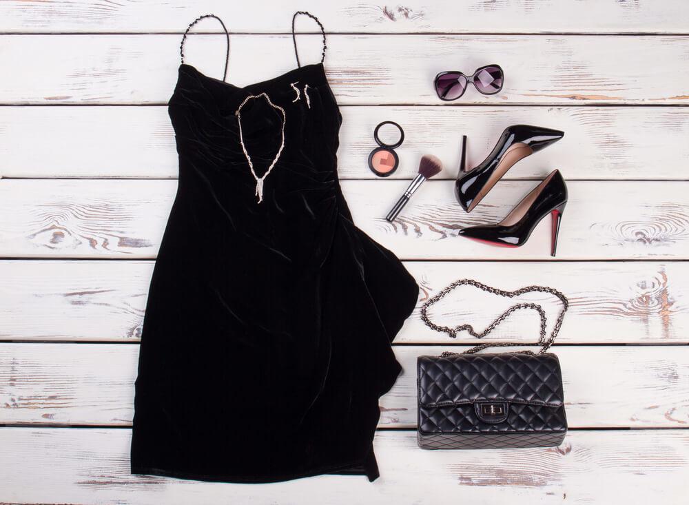 床に置かれた黒いワンピースと靴とバッグ