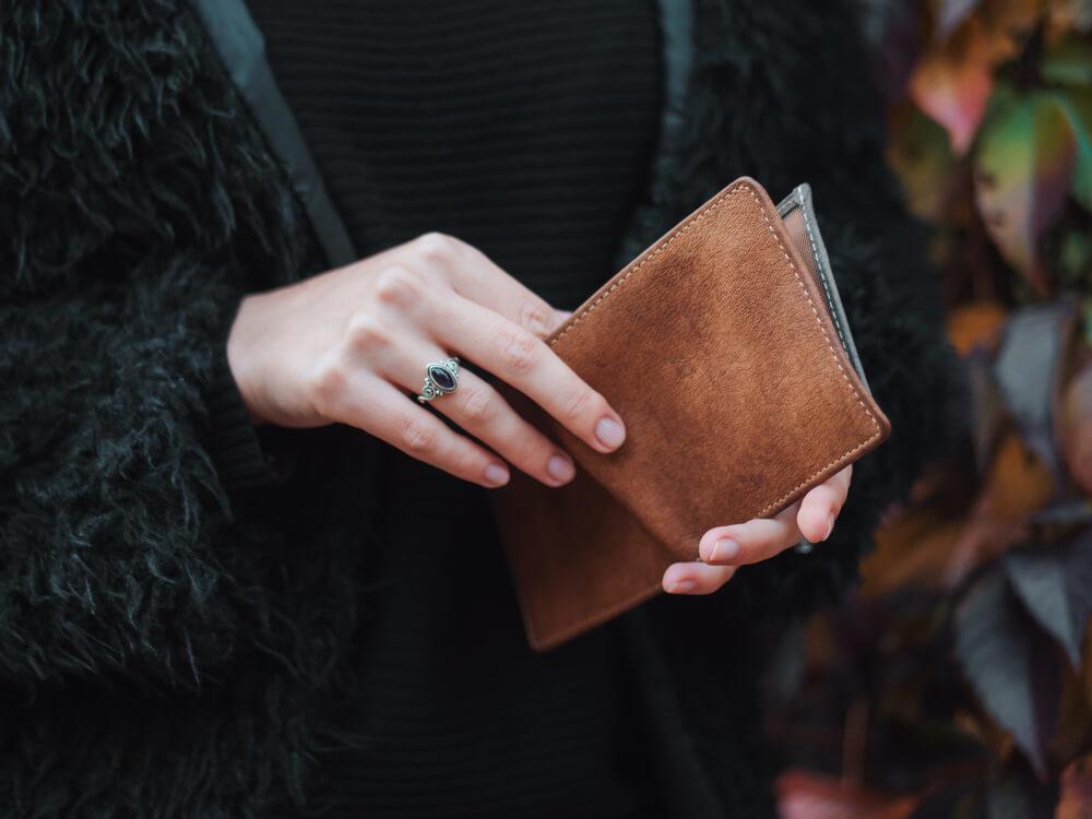 財布を開いている女性