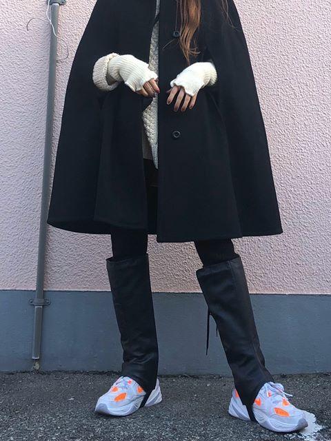 ブーツカバーを身に着けた女性