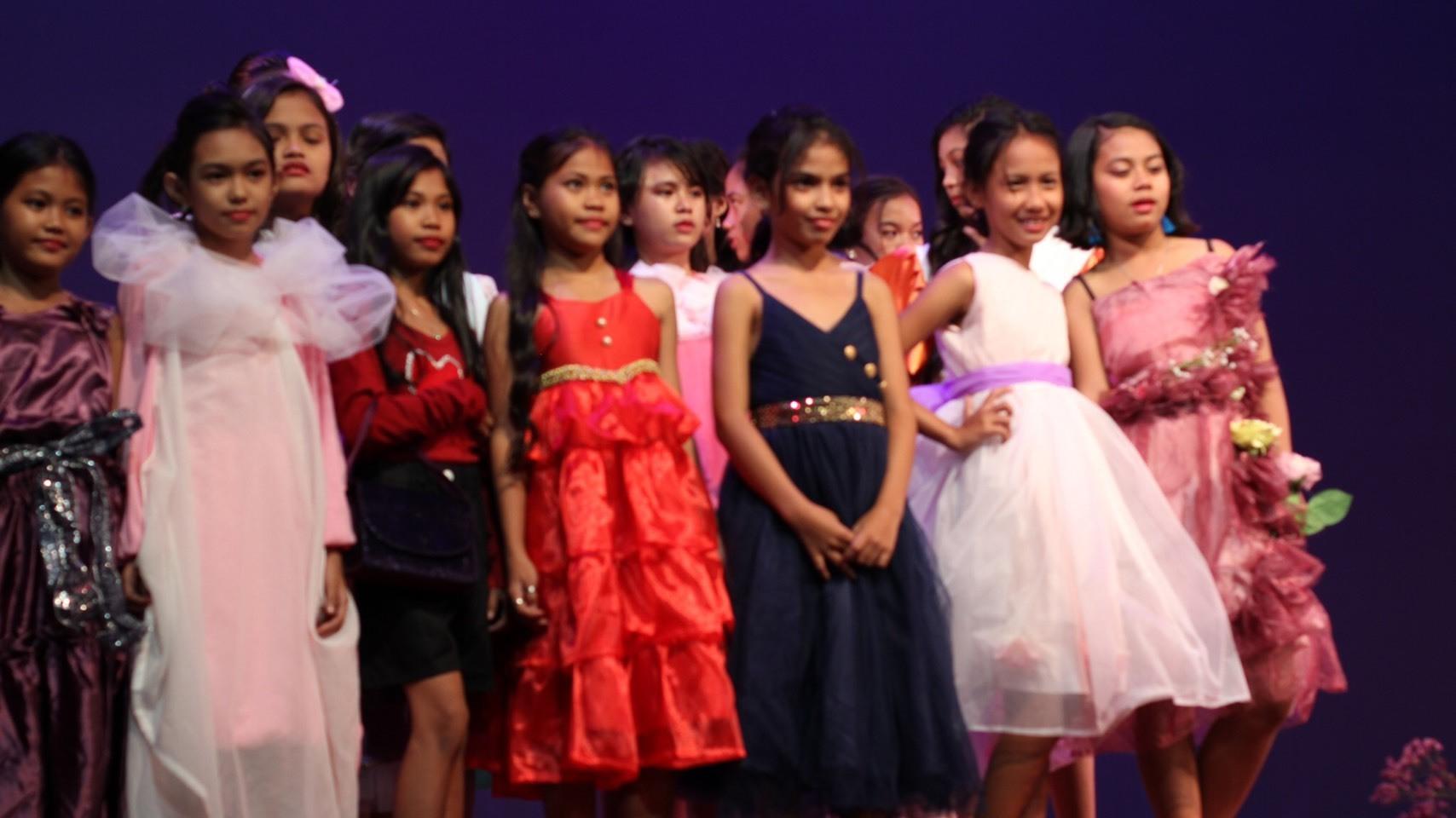 西側さんのDEAR MEが主催するファッションショーでドレスを着て並ぶ女の子達