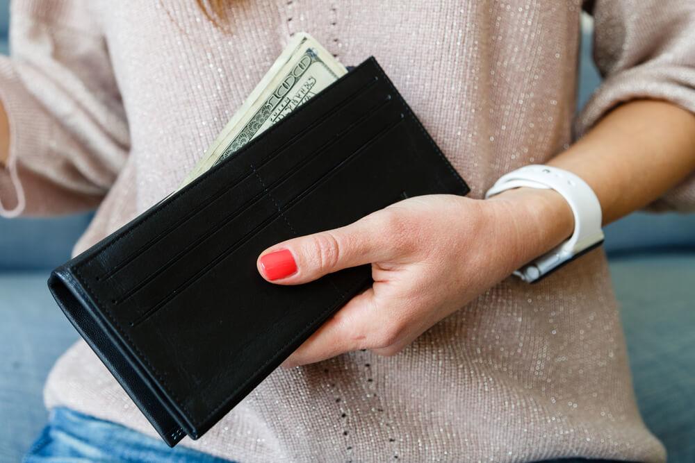 女性が持つ黒い財布