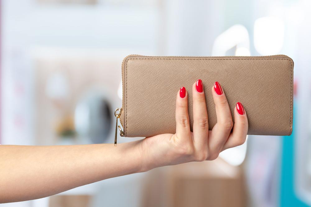 財布を見せる女性