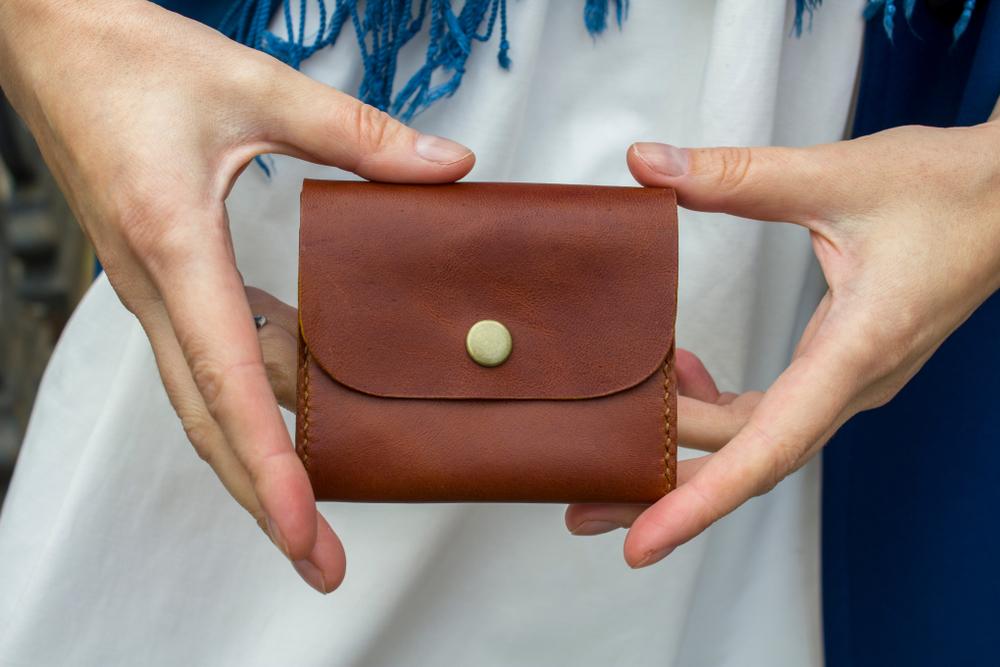 小さい財布を持つ女性