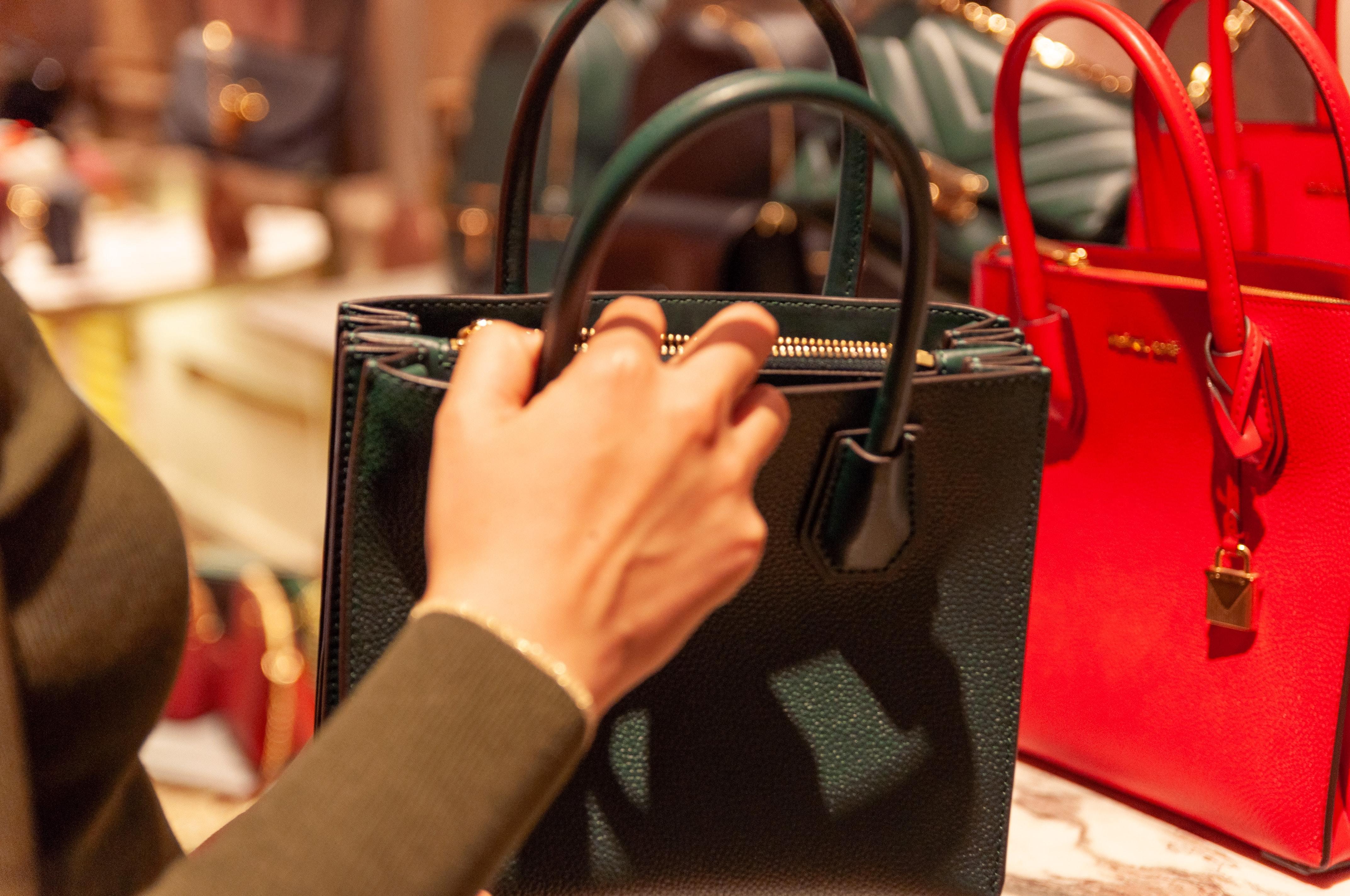 ブランドバッグを手にする女性