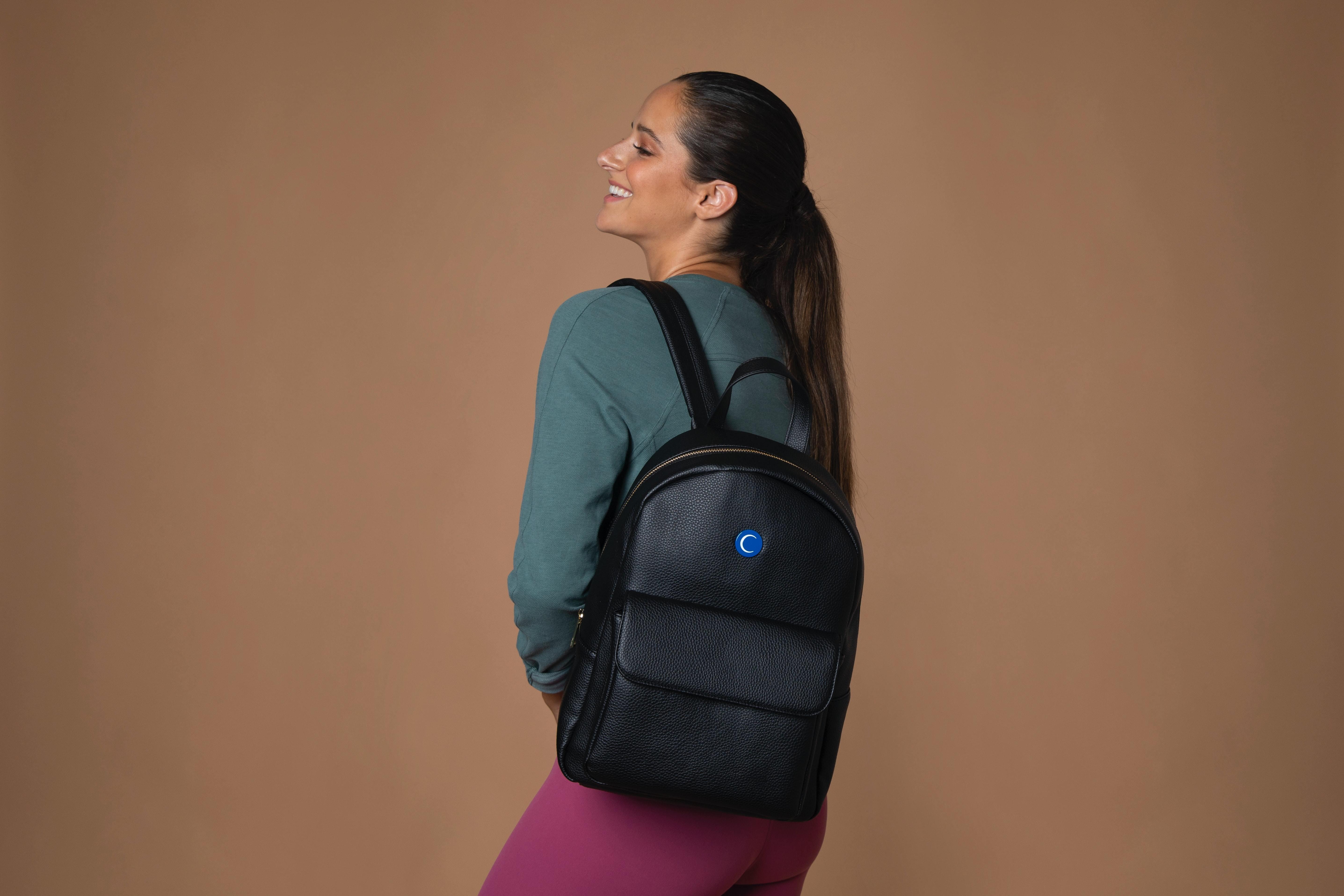 バッグに満足する女性