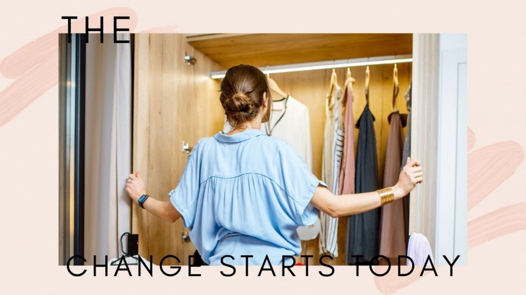 クローゼットから洋服を選ぶ女性