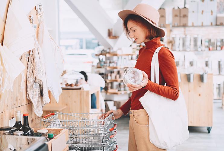 マイバッグを手に買い物する女性
