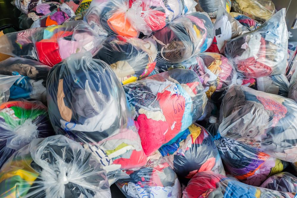 廃棄衣料の山