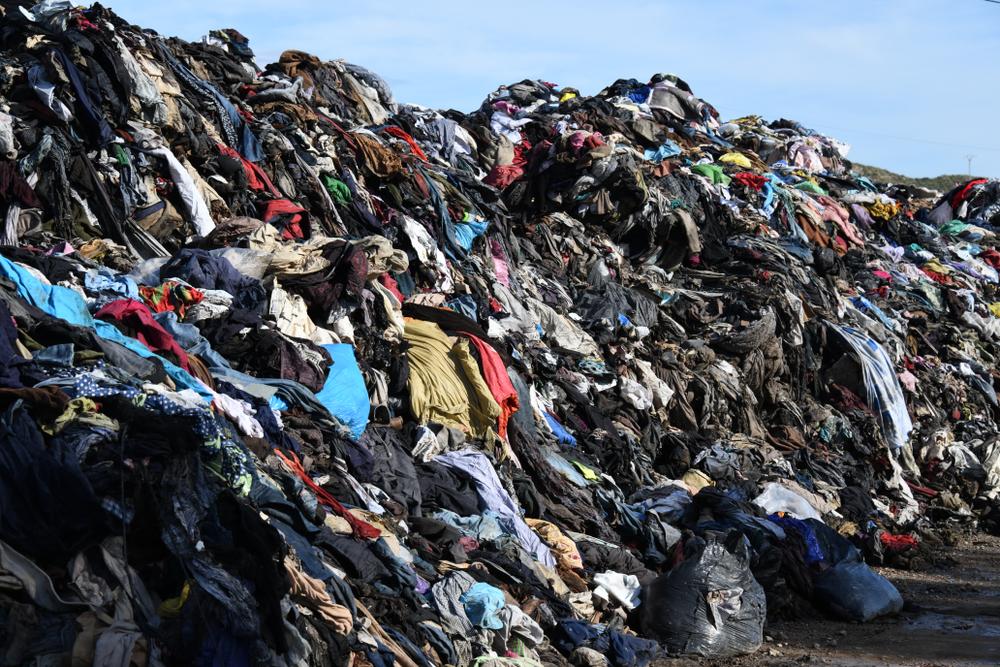 廃棄された衣料品の山
