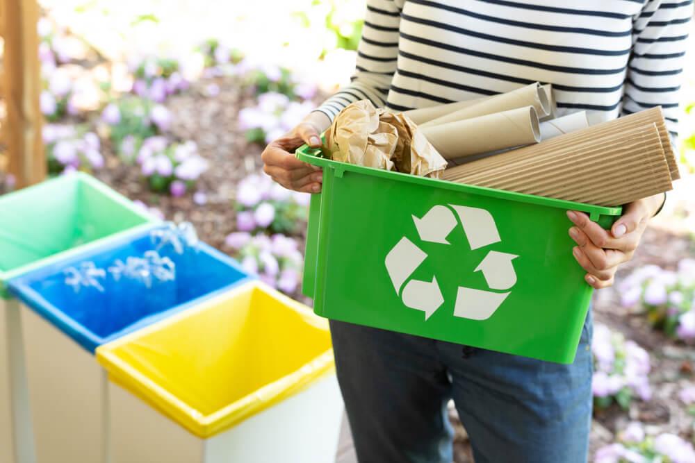リサイクルマークの入れ物を持つ女性