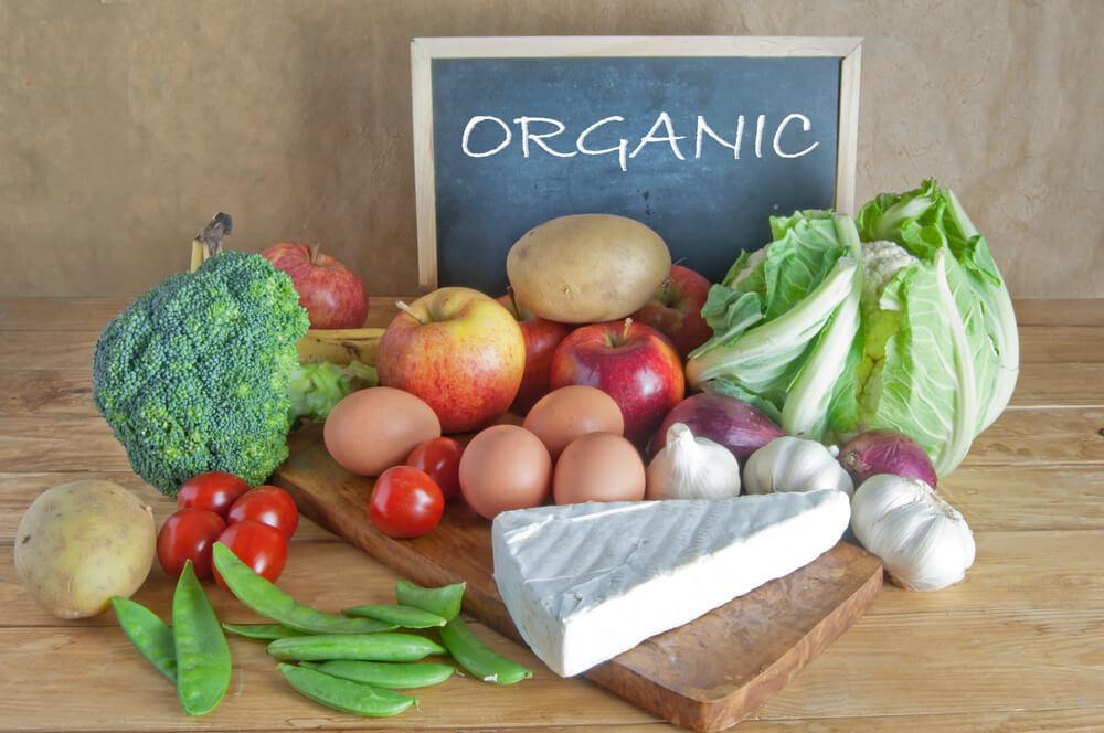 オーガニックと書かれた黒板と野菜