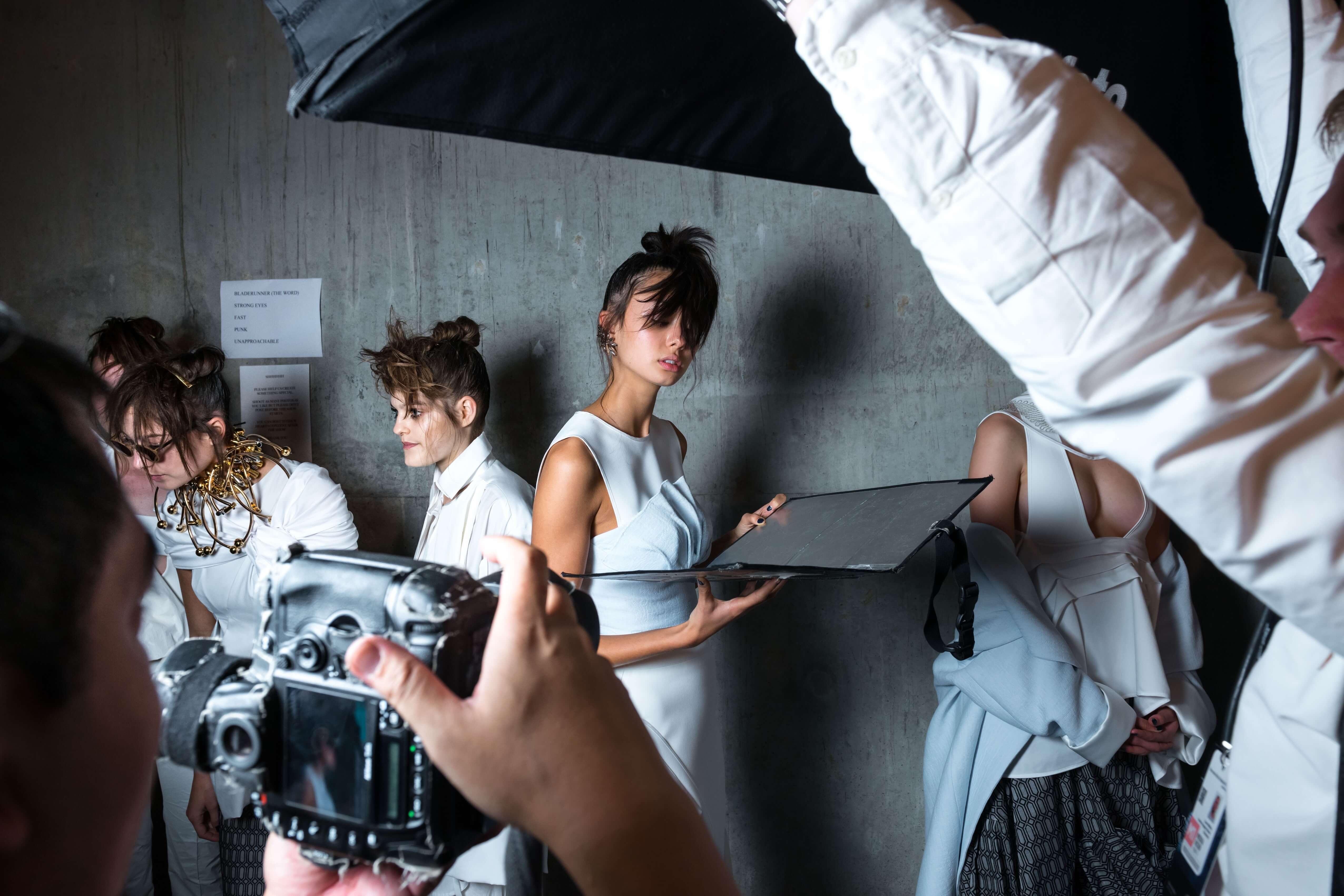 ファッション撮影をしている女性の様子