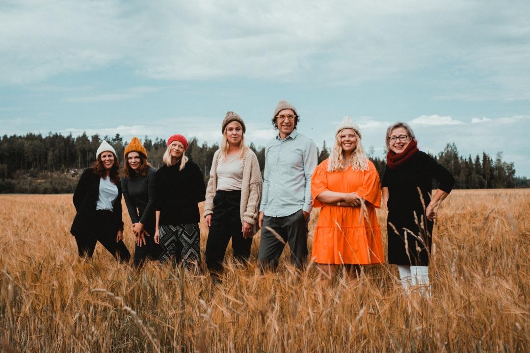 草原に佇むMyssyfarmiのメンバー