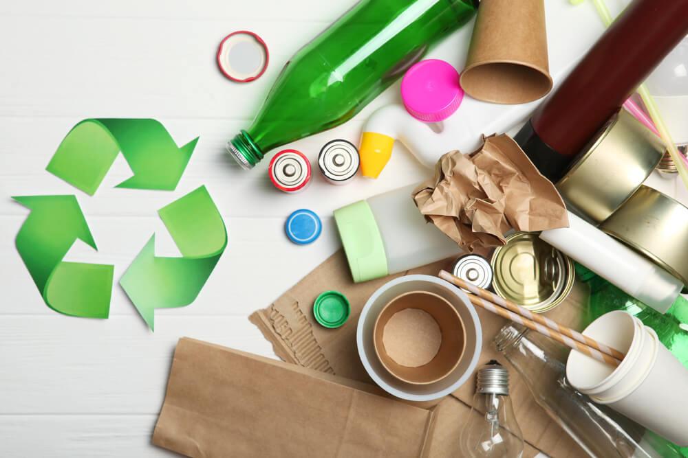 リサイクルマークと複数のゴミ