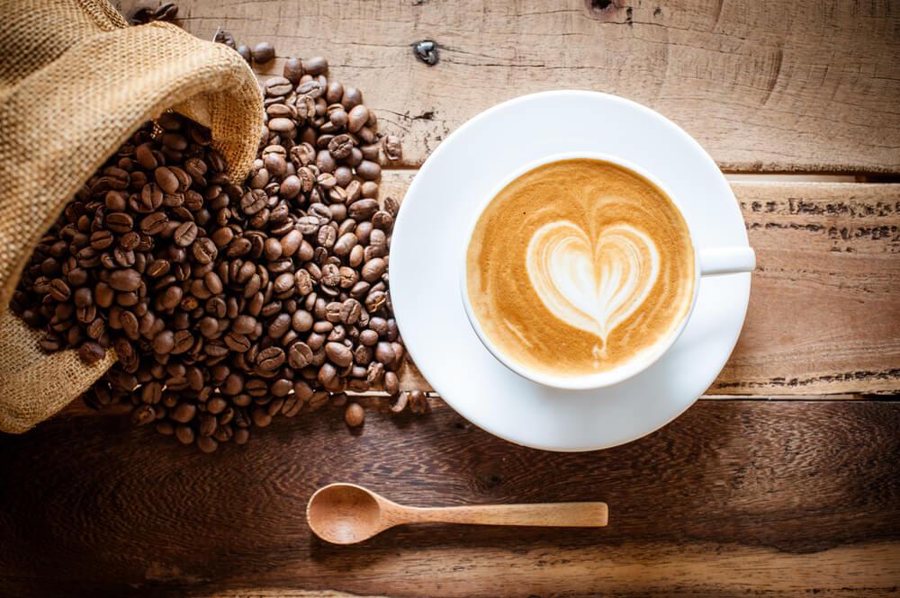 カフェラテとコーヒー豆