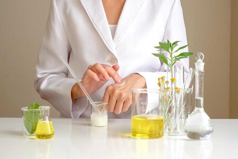 化粧品をテストする研究者