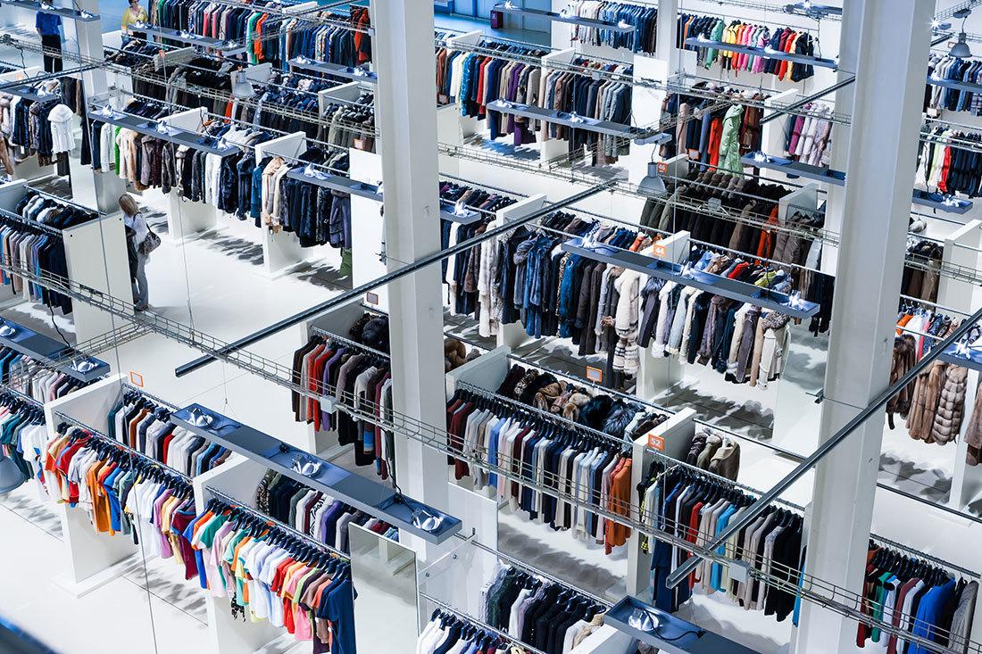 広い店内に並ぶアウトレット衣類