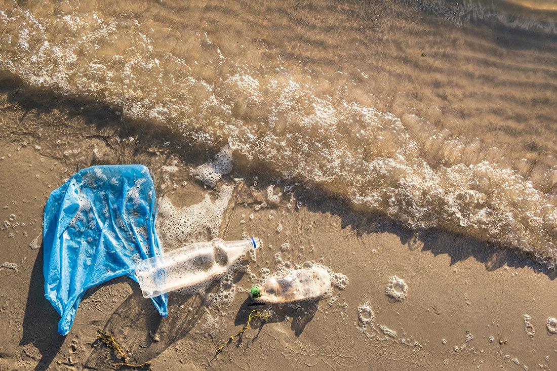 海岸に流れついたポリ袋とペットボトル