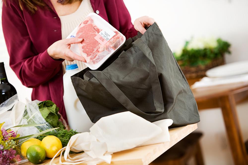 エコバッグから食品を取り出す女性