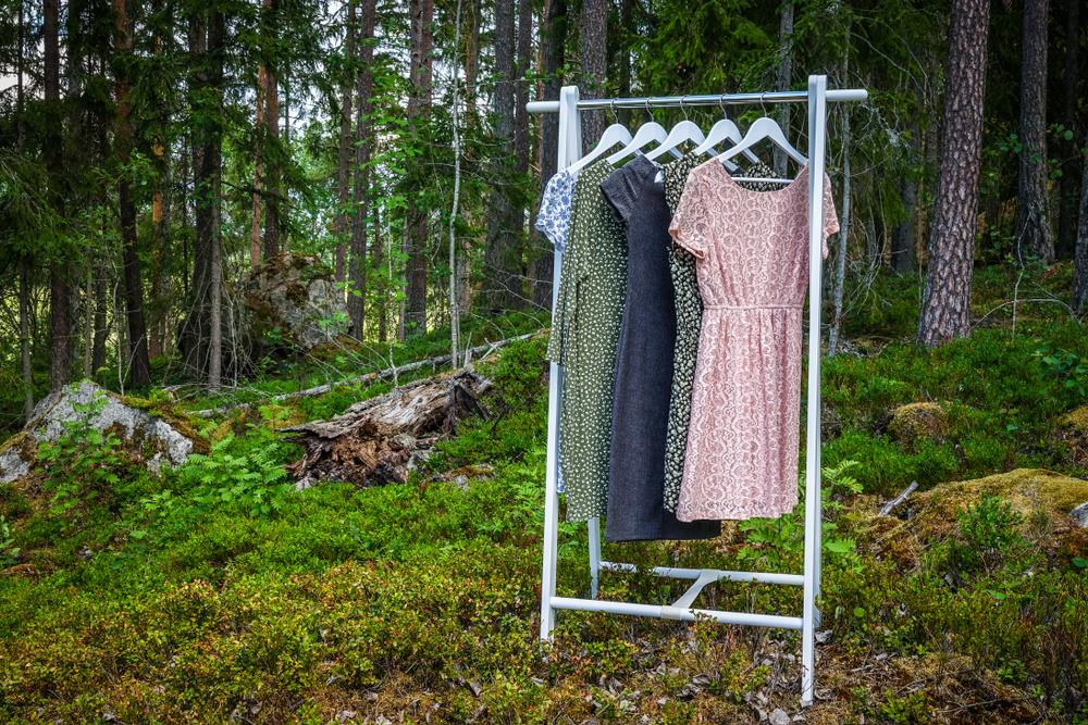森の中に置かれた洋服掛け