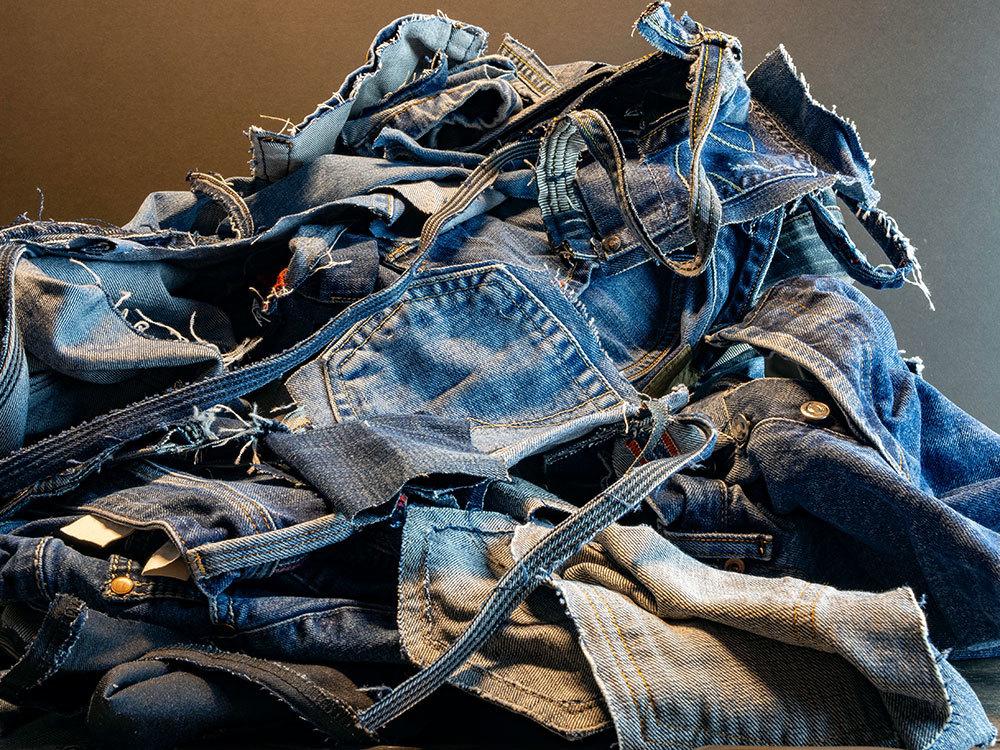 廃棄されたジーンズ
