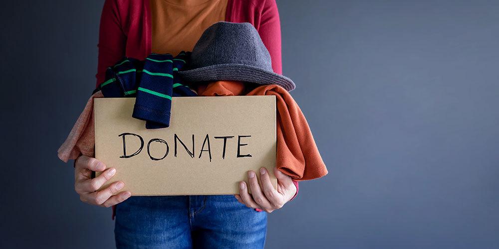 寄付と書かれたボックスと衣類