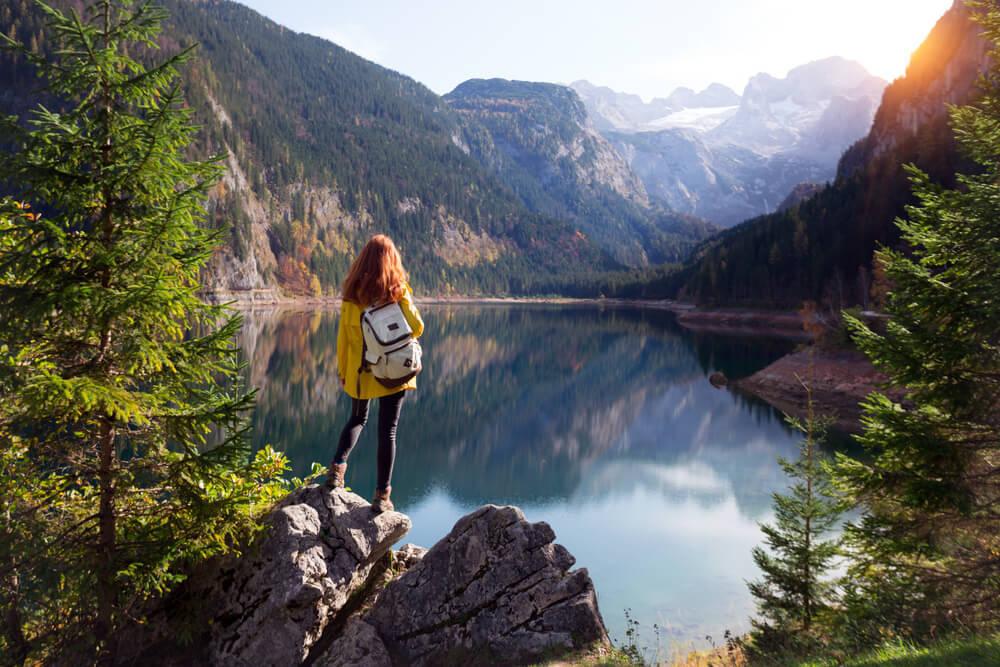 自然の中を旅する女性