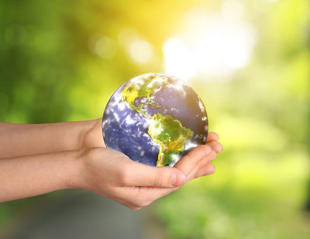 地球を抱える手